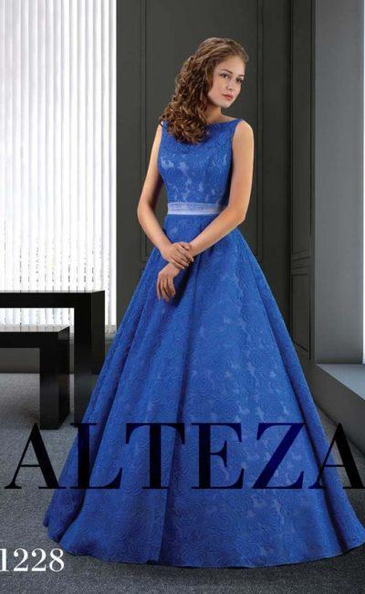 Необычное свадебное платье яркого синего цвета с пышной юбкой.