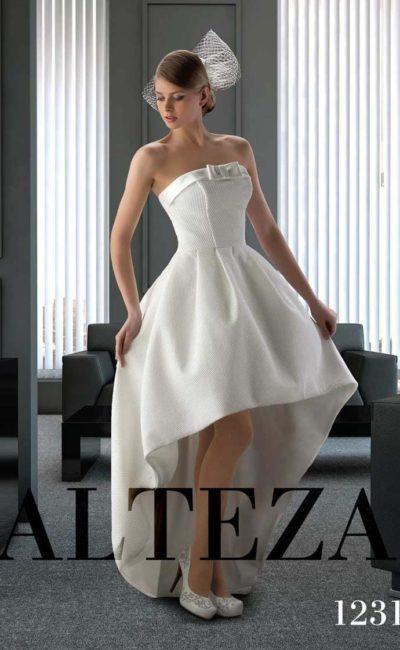 Атласное свадебное платье с укороченной спереди юбкой и бантом на лифе.