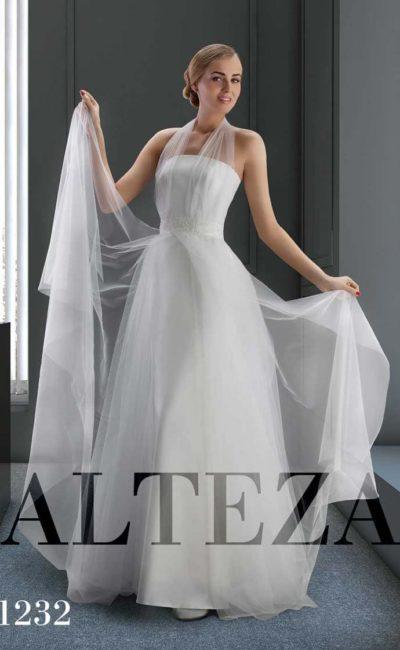 Элегантное свадебное платье с полупрозрачными бретелями над корсетом.