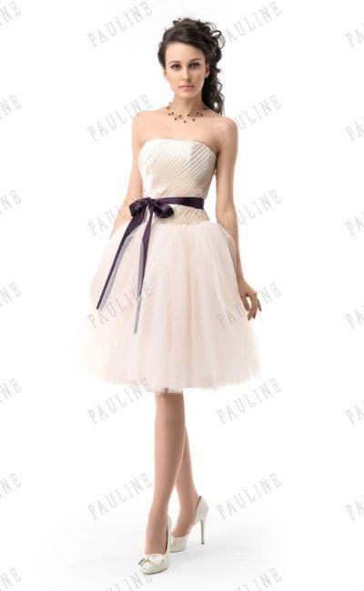 Бежевое вечернее платье с открытым корсетом и пышной юбкой до колена.