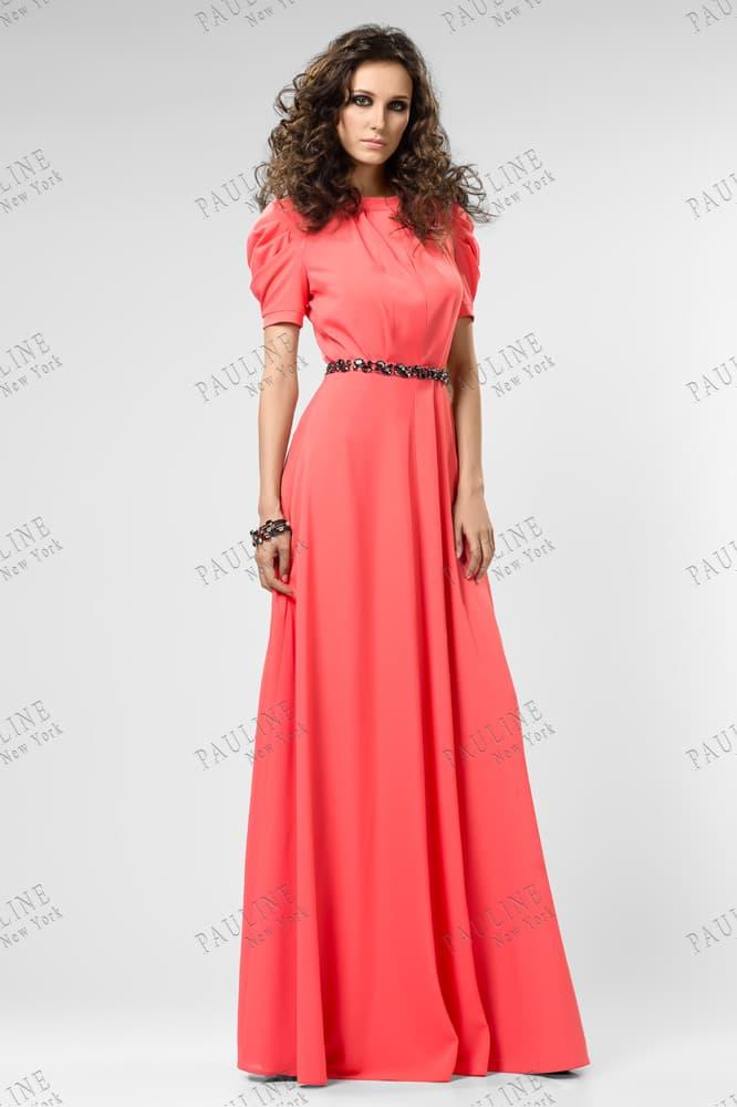 Закрытое вечернее платье кораллового цвета с прямой юбкой.