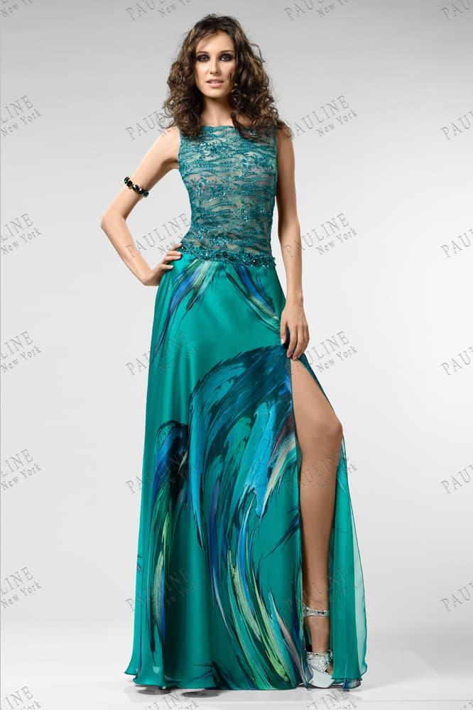 Вечернее платье в сине-зеленых тонах с прямой юбкой с разрезом.