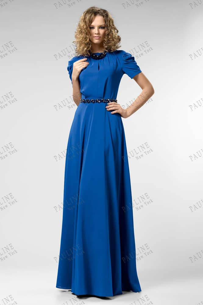 Закрытое вечернее платье насыщенного синего цвета с круглым вырезом под горло.