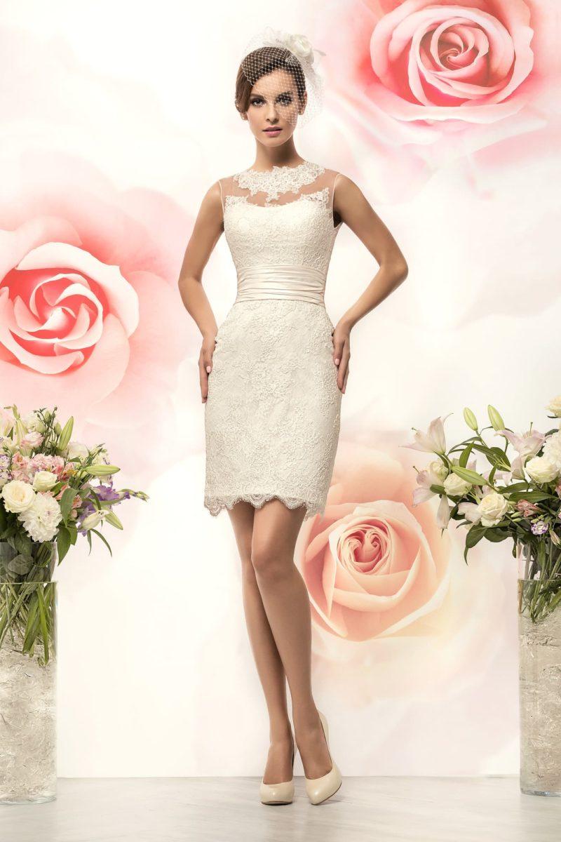 Короткое свадебное платье силуэта «футляр» с кружевным декором и широким поясом на талии.