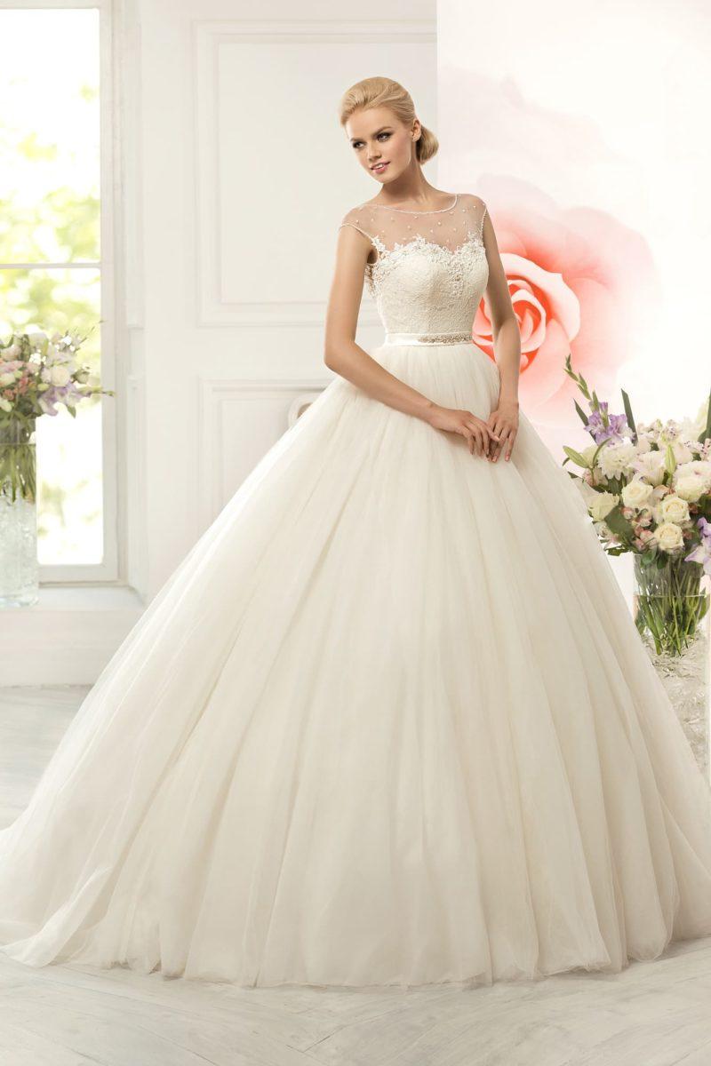 Лаконичное свадебное платье с потрясающе пышной юбкой и утонченным декором лифа.