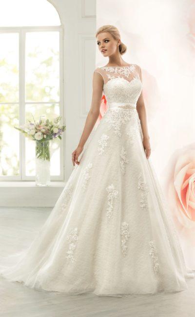 Свадебное платье с изящным атласным поясом и отделкой кружевными аппликациями.