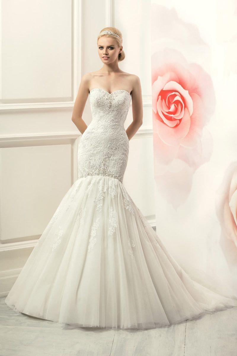 Притягательное свадебное платье с юбкой «рыбка» и открытым корсетом с лифом-сердечком.
