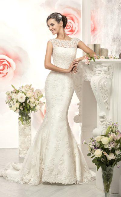Кружевное свадебное платье «русалка» с оригинальным атласным поясом синего цвета.