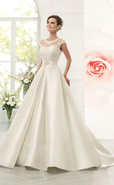 Атласное свадебное платье пышного кроя с полупрозрачной отделкой верха с округлым вырезом.