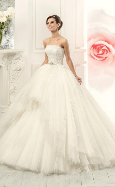 Необычное свадебное платье с пышной юбкой, укороченной спереди, и изящным корсетом.