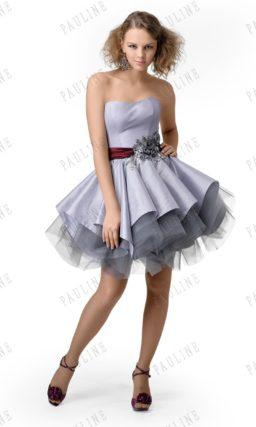 Сиреневое короткое выпускное платье с широким бордовым поясом с вышивкой.