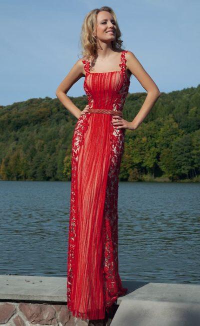 Красное вечернее платье прямого кроя с узким поясом и оригинальной отделкой по всей длине.