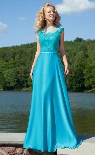 Яркое вечернее платье голубого цвета с кружевными аппликациями по лифу и фигурным вырезом.