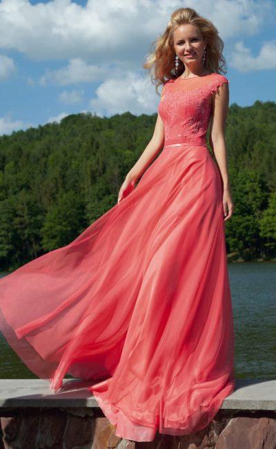 Закрытое вечернее платье приглушенного красного цвета, украшенное бисером и кружевом.