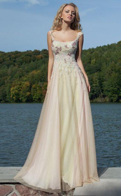 Кремовое вечернее платье прямого кроя с глянцевым декором корсета и широкими бретелями.