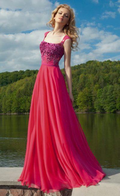 Вечернее платье малинового цвета с широкими бретелями и бисерной вышивкой по корсету.