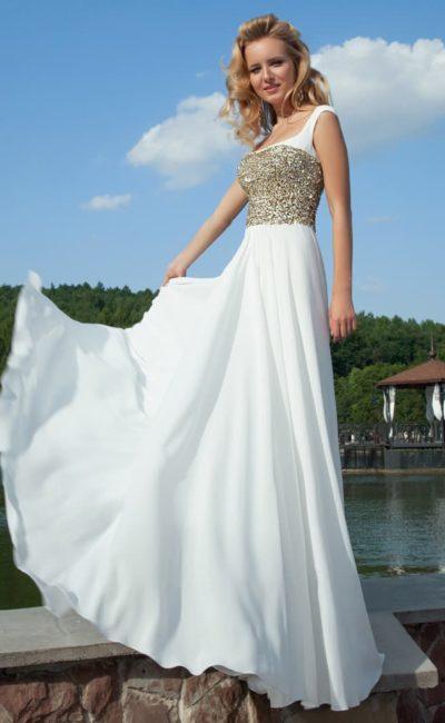 Прямое вечернее платье белого цвета с декольте каре и золотистыми пайетками по корсету.