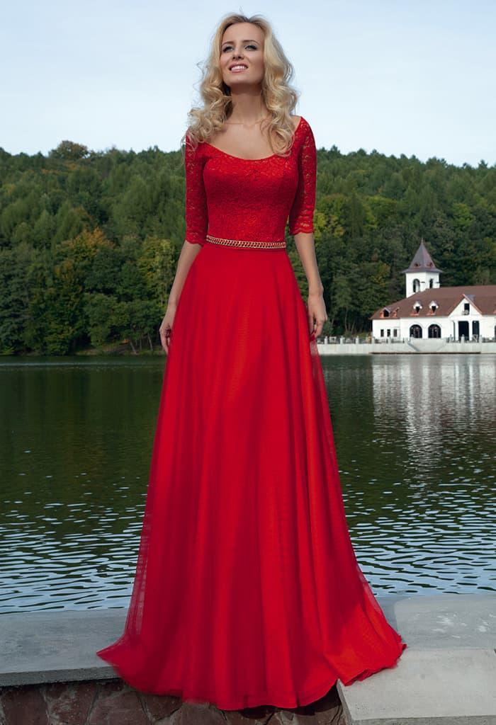 Изысканное вечернее платье алого цвета с кружевной отделкой облегающего верха.