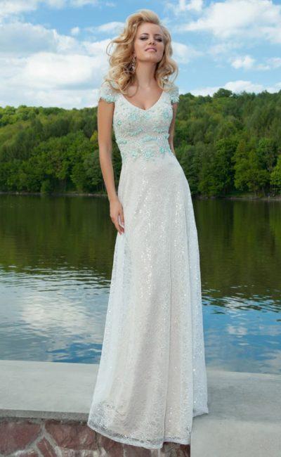 Стильное вечернее платье с V-образным вырезом и бирюзовой вышивкой по корсету.