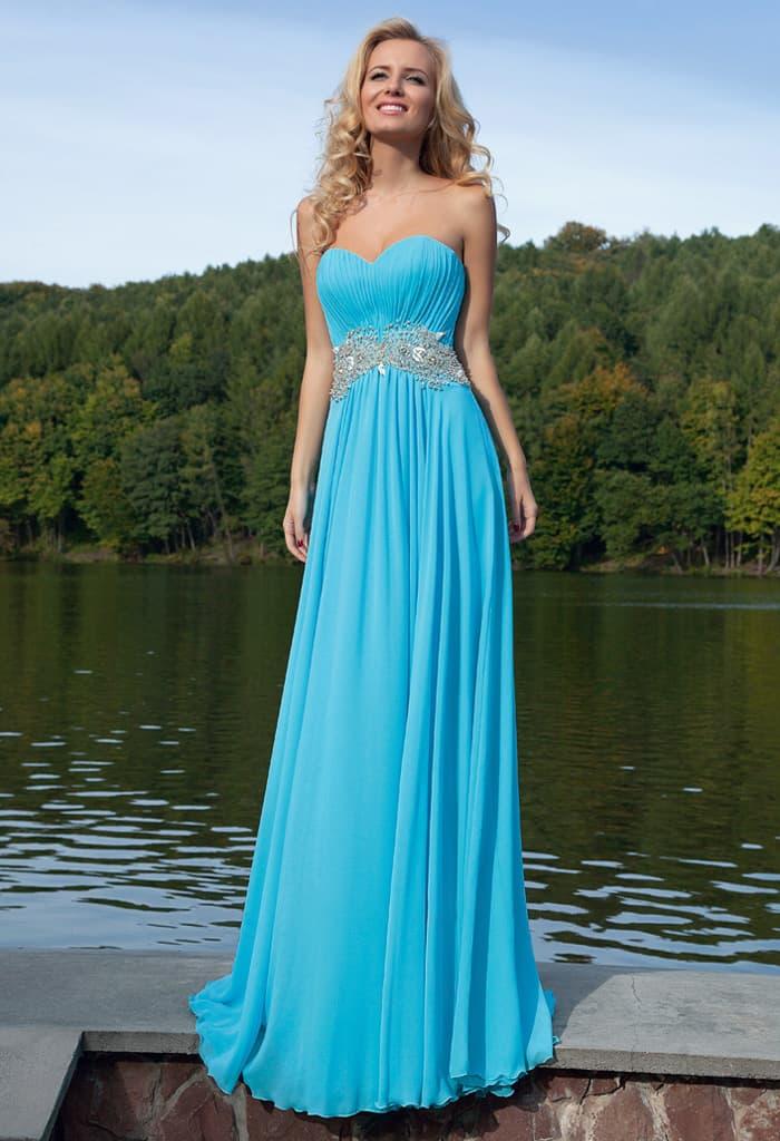Открытое вечернее платье голубого цвета с лифом в форме сердца и кружевным поясом.