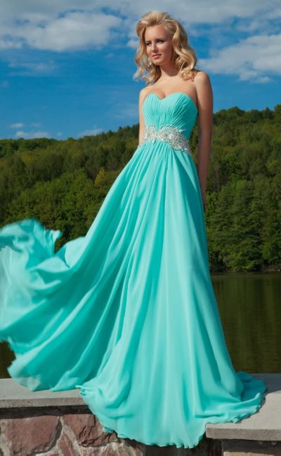 Прямое вечернее платье бирюзового цвета с декором из драпировок и вышивкой на талии.