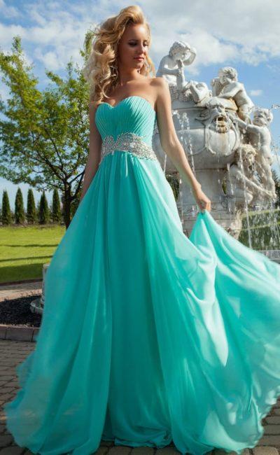 Нежное вечернее платье цвета морской волны с декором из драпировок и стразами на поясе.