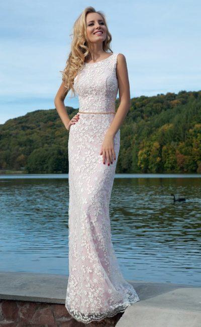 Романтичное вечернее платье облегающего кроя, покрытое белоснежными аппликациями.