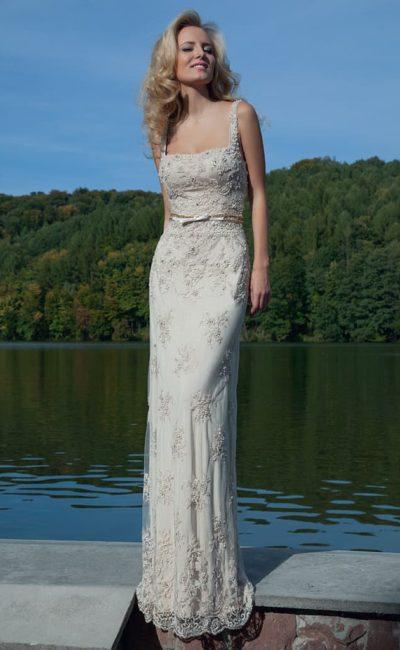 Фактурное вечернее платье белого цвета с узким атласным поясом и декольте каре.
