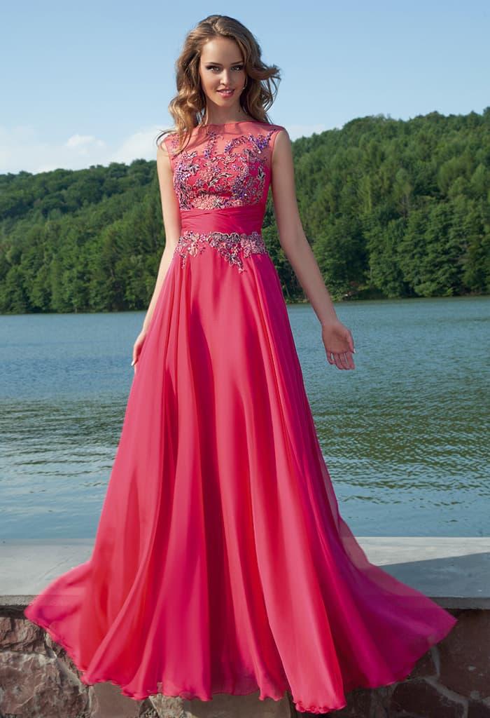 Закрытое вечернее платье малинового цвета, украшенное аппликациями по лифу.
