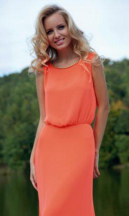 Прямое оранжевое вечернее платье с округлым вырезом, украшенным по краю бусинами.