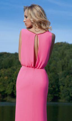Вечернее платье насыщенного розового цвета с элегантным круглым вырезом с отделкой по краю.