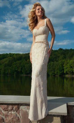 Фактурное вечернее платье с тонкими бретелями и открытым лифом, а также узким поясом.