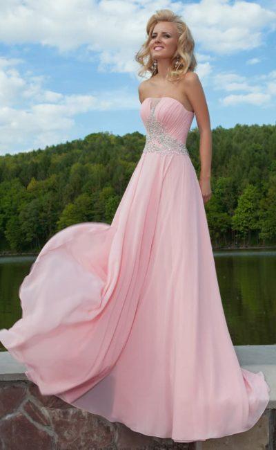 Розовое вечернее платье с драпировками на корсете и широким поясом с вышивкой.