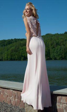 Стильное вечернее платье с закрытым лифом с декором из драпировок и округлым вырезом.