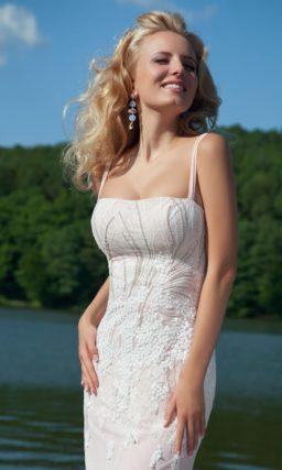 Лаконичное вечернее платье с нежной вышивкой по открытому корсету с тонкими бретелями.