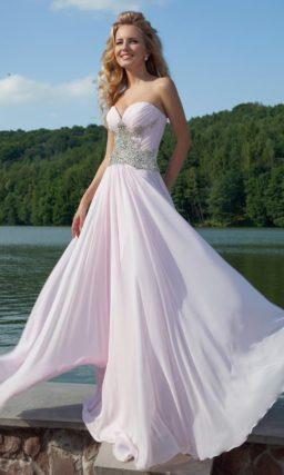 Оригинальное вечернее платье с лифом в форме сердца и сияющей бисерной вышивкой по талии.