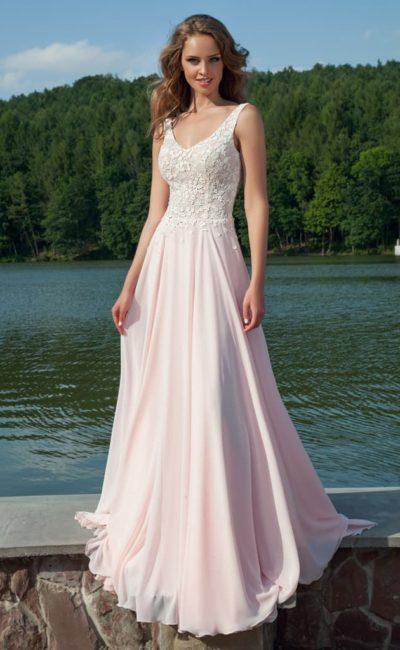 Прямое вечернее платье нежного розового оттенка с глубоким декольте и симметричными бретелями.