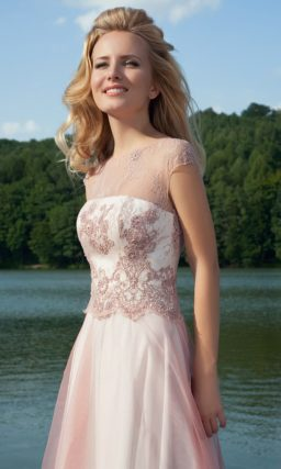 Утонченное вечернее платье с кружевным декором корсета и многослойной юбкой.