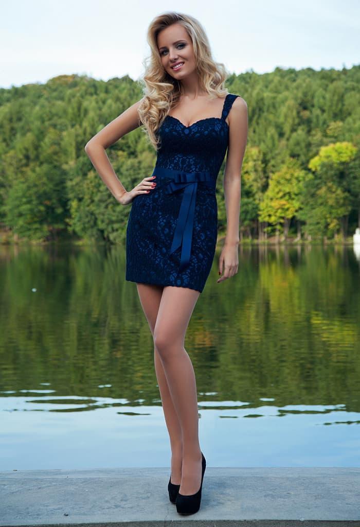 Короткое темно-синее вечернее платье с гипюровой отделкой.