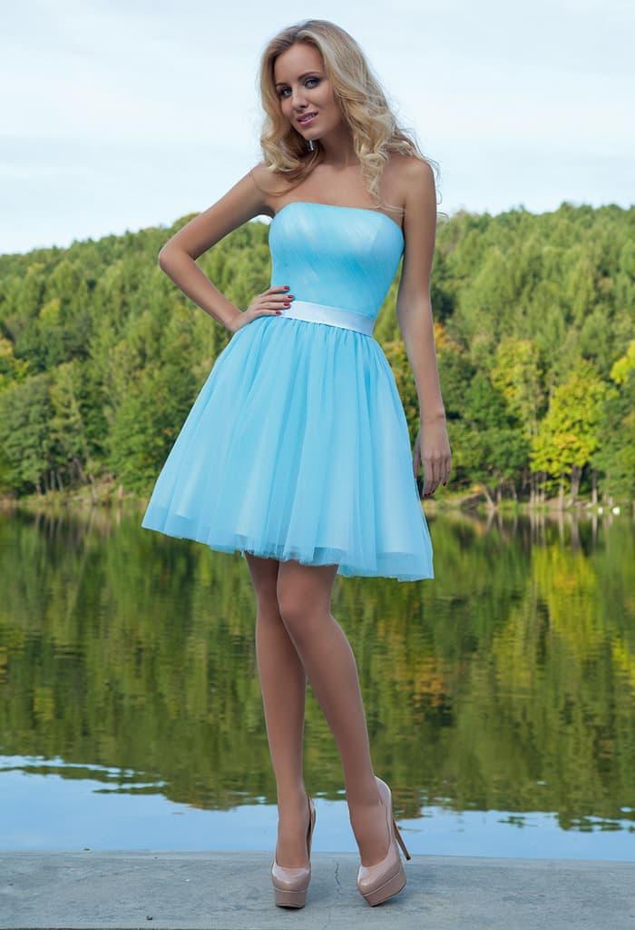 Вечернее платье голубого цвета с поясом из атласа и многослойной юбкой до середины бедра.