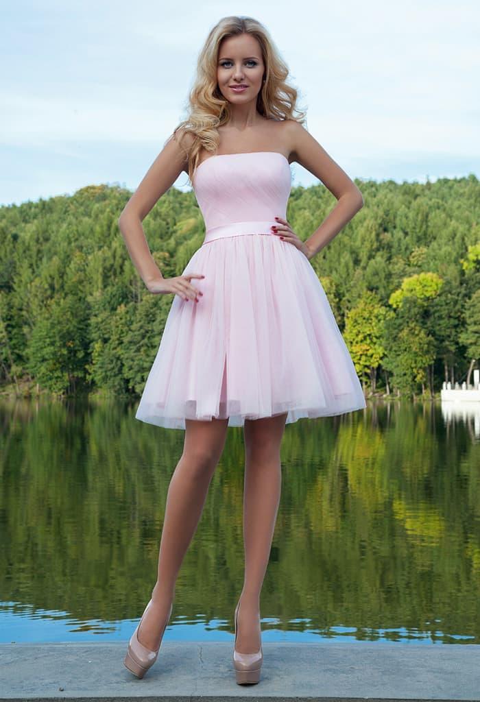Белое вечернее платье с пышной юбкой до середины бедра и атласным поясом на талии.