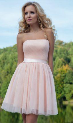 Романтичное вечернее платье с короткой юбкой, выполненное в нежном розовом цвете.