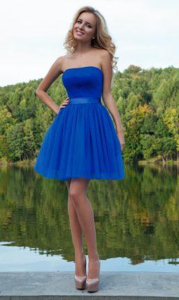 Короткое вечернее платье яркого синего цвета с лифом прямого кроя и многослойной юбкой.