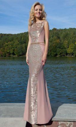 Вечернее платье приглушенного розового цвета с сияющими пайетками в качестве отделки.