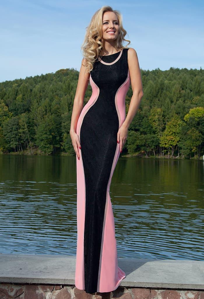 Черное вечернее платье облегающего кроя с элегантными розовыми вставками по бокам.