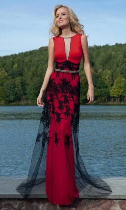 Стильное вечернее платье красного цвета с черным кружевом и полупрозрачным верхом юбки.