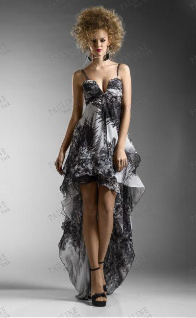 Вечернее платье с длинным пышным шлейфом и контрастным узором.