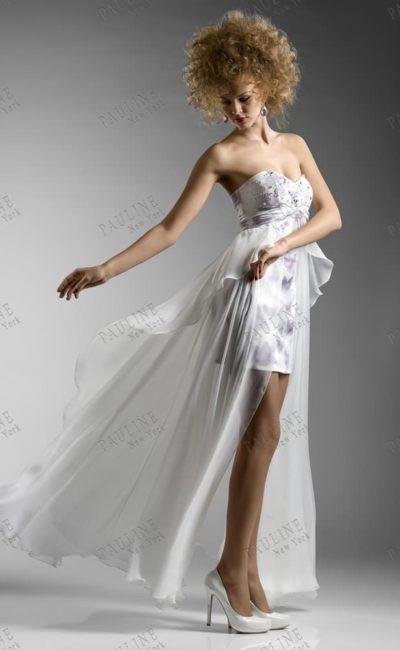 Короткое вечернее платье белого цвета с полупрозрачной длинной юбкой.