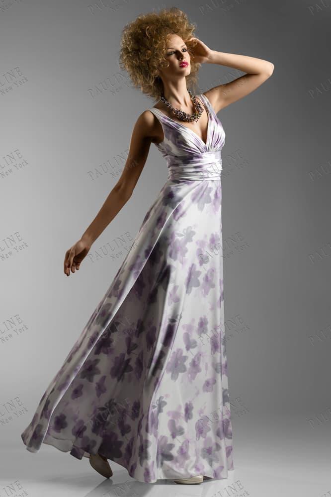 Глянцевое вечернее платье прямого кроя с деликатным принтом.