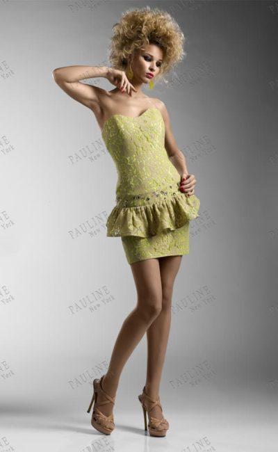 Короткое вечернее платье золотистого цвета с кружевной баской.